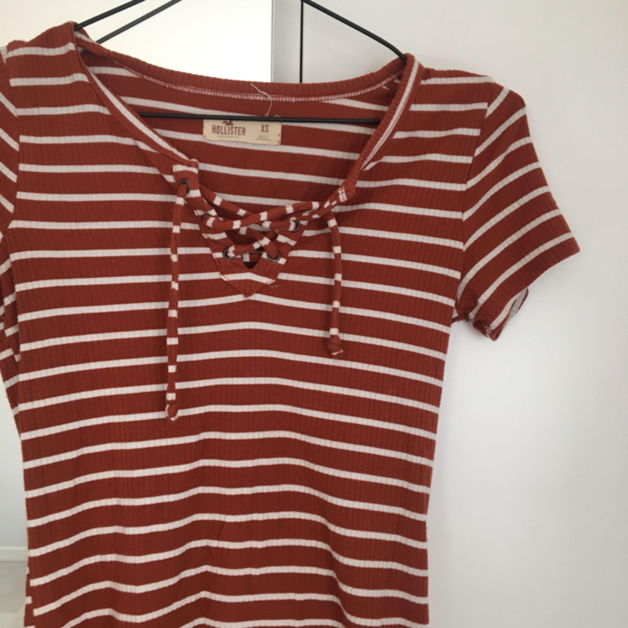 Söt randig tröja från Hollister!  I vitt och brunt men knytning där fram. Mycket bra skick:). Toppar.