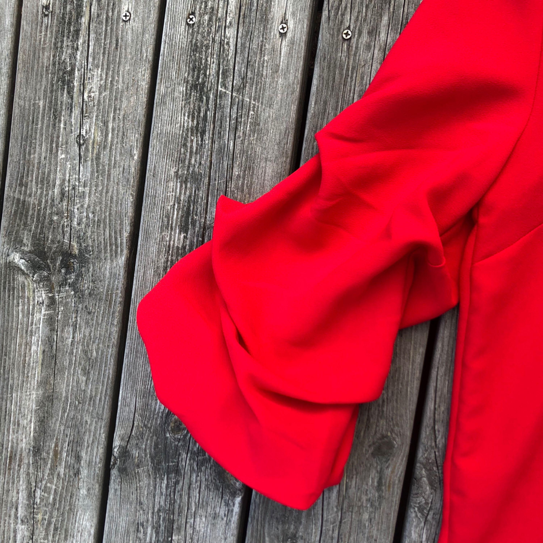 95bb28819e20 ... Röd fin topp med fluffiga armar. Helt oanvänd. Säljer för att det  sitter för