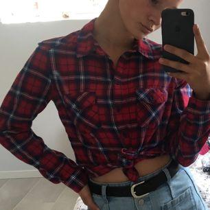 Rutig skjorta från hm som sällan kommer till användning för mig. Superfin att knyta eller stoppa in i byxor eller kjol!