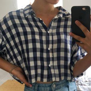 Blå och vit rutig skjorta från weekday i ganska vid och croppad modell. Bra skick, köpte den för 400kr