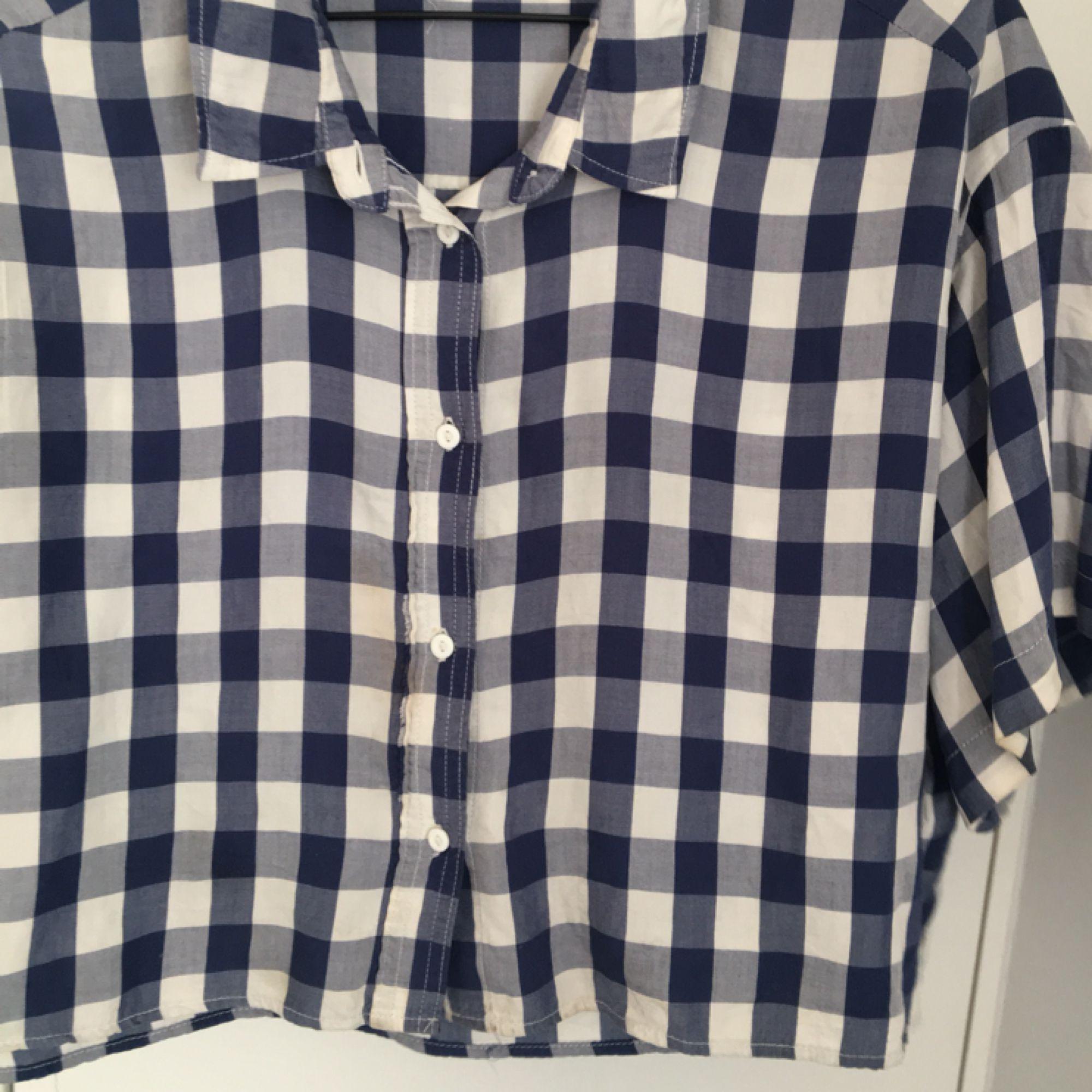 Blå och vit rutig skjorta från weekday i ganska vid och croppad modell. Bra skick, köpte den för 400kr. Skjortor.