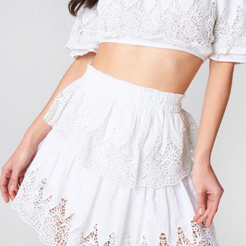 Säljer denna superfina kjol från Linn Ahlborgs kollektion med na-kd då den tyvärr inte kommer till användning! Storlek 34. Kjolar.