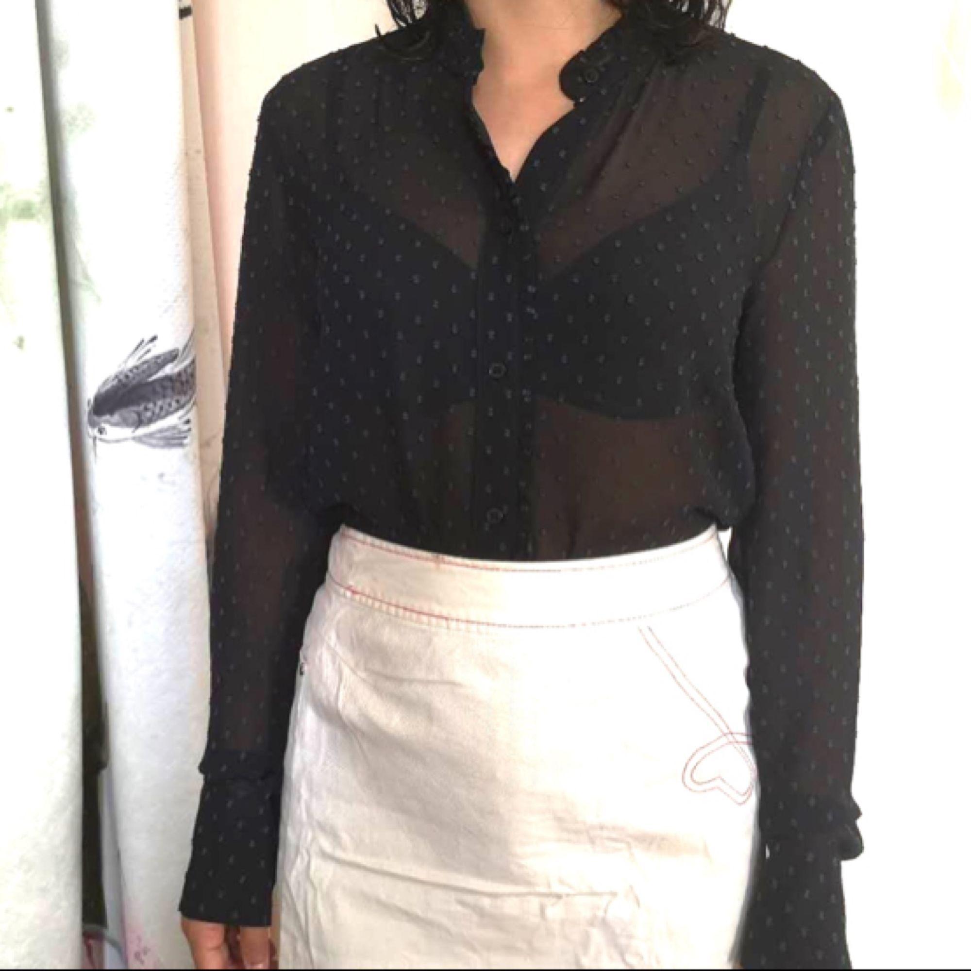 Dame skjorta. Storlek 34/S/160. Nästan ny från HM luxury selections. . Skjortor.