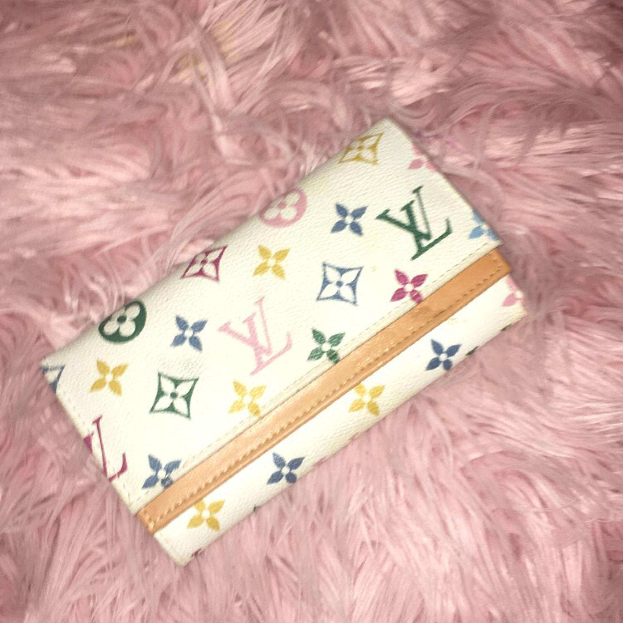 En superfin rymlig plånbok, LV kopia. Har lite fläckar från lim som funnits där sen jag köpte den!!(kom nog när den tillverkades men enbart i kanterna invändigt)!!! 100kr och frakt ingår!!!!!❤️❤️❤️❤️ (pris kan diskuteras). Väskor.