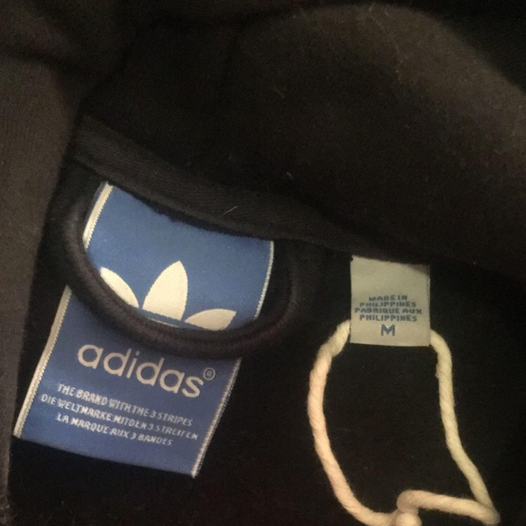 Adidaströja, finns risk för att den är fake. Men använd max 3 gånger så den är fortfarande så himla mjuk och superskön där inuti!!!!! 200kr och frakt ingår!❤️(pris kan diskuteras). Huvtröjor & Träningströjor.