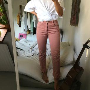 Supersnygga jeans i storlek 28 från weekday, sitter som en smäck och framhäver baken :) använda en gång