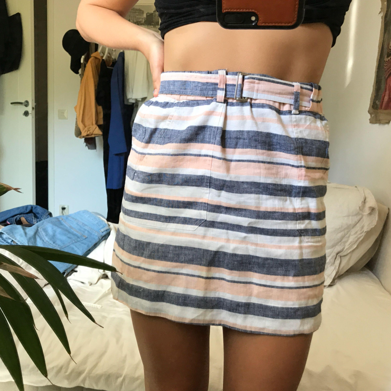 Jättefin kjol i linnematerial av märket banana republic. Märkt storlek XS, men ganska stor så passar nog bättre på en S (se bild). Använd en gång så i perfekt skick!. Kjolar.