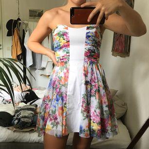 Supersöt klänning av märket Elise Ryan från Nelly i storlek S. Sitter som en smäck med ett vackert fall. Endast testad så i perfekt skick.