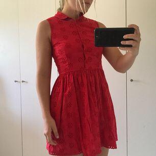 Sötaste klänningen med brodyr från märket Jack Wills. Perfekt för en varm sommardag. Skulle säga att den passar bäst för en XS, eller en liten S. Knappt använd, så i perfekt skick!