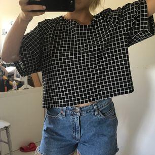 Snygg t-shirt/kortärmad blus i en härlig oversize modell. Perfekt till ett par snygga jeans. Inhandlades i USA av märket Bobeau i storlek M.