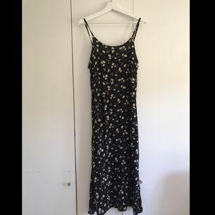 Superfin maxi klänning i härligt blommönster från märket