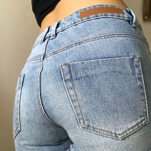 Supersnygga jeansshorts som framhäver stumpen! I perfekt skick!!
