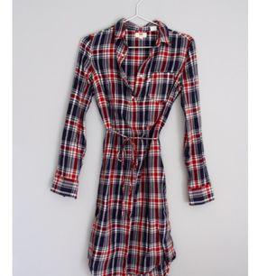 Skjortklänning från Levis i storlek XS.  Som ny! Längre modell så perfekt för hösten!