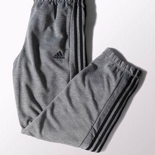Säljer mina sånnahär Adidasbyxor då jag inte använder dom alls. Väldigt bra skick! Pris Kan diskuteras. Säljer även tröjan till vid intresse