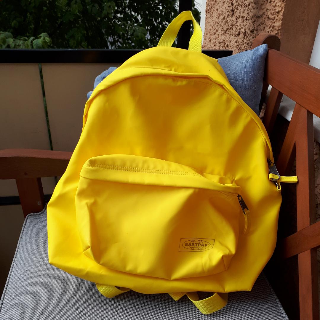 Gul ryggsäck av märket Eastpak. Endast använd en gång; nyskick. Mått: ca 35x40x15 cm. Finns att hämta i Högdalen men kan också mötas i stan (Stockholm). Ev posta med tillkommande fraktkostnad.. Väskor.