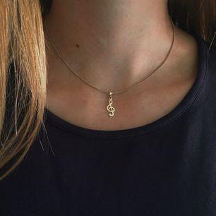 Fint guldfärgat halsband med justerbar kedja och en g-klav. Inga defekter och i gott skick. Frakt 9 kr tillkommer💗