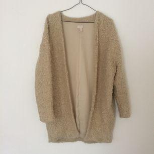 Jacka/kofta med fickor i låtsas-ull från H&M trend. Fint skick. Betalning via Swish, frakt på 89:- tillkommer.