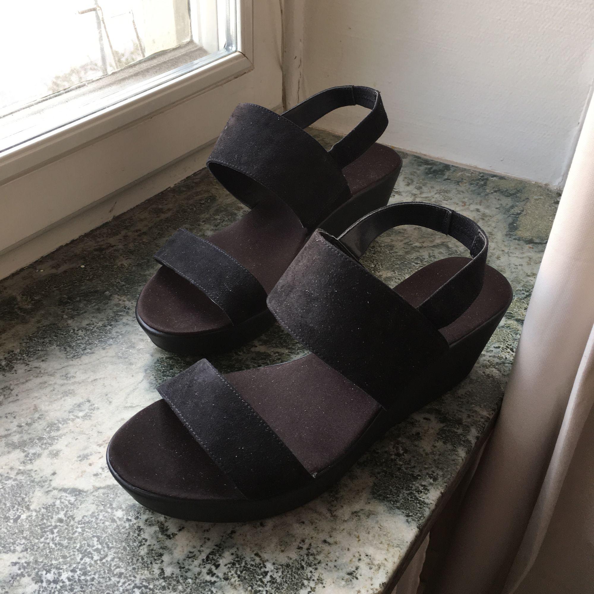 """Klack skor storlek 38, står inte för frakten, kan skickas genom hela Sverige. Nypris 399kr från H&M.  Gott skick men lite """"slita"""" på sidorna (båda skorna). Använder inte dom aldrig så det är därför jag säljer. Kan sälja för 50/60kr för snabb affär.. Skor."""