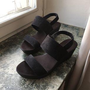 """Klack skor storlek 38, står inte för frakten, kan skickas genom hela Sverige. Nypris 399kr från H&M.  Gott skick men lite """"slita"""" på sidorna (båda skorna). Använder inte dom aldrig så det är därför jag säljer. Kan sälja för 50/60kr för snabb affär."""
