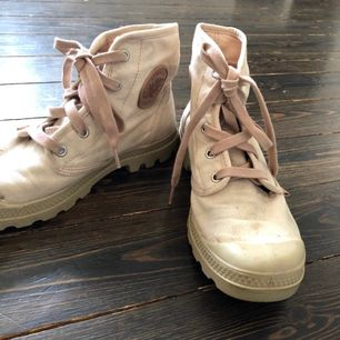 Fina palladium skor i en ljusrosa färg! De är i fint begagnat skick, men några små skvalet finns.   Kan fraktas men köpare står då för frakten. Pris kan diskuteras vid snabb affär!🌸