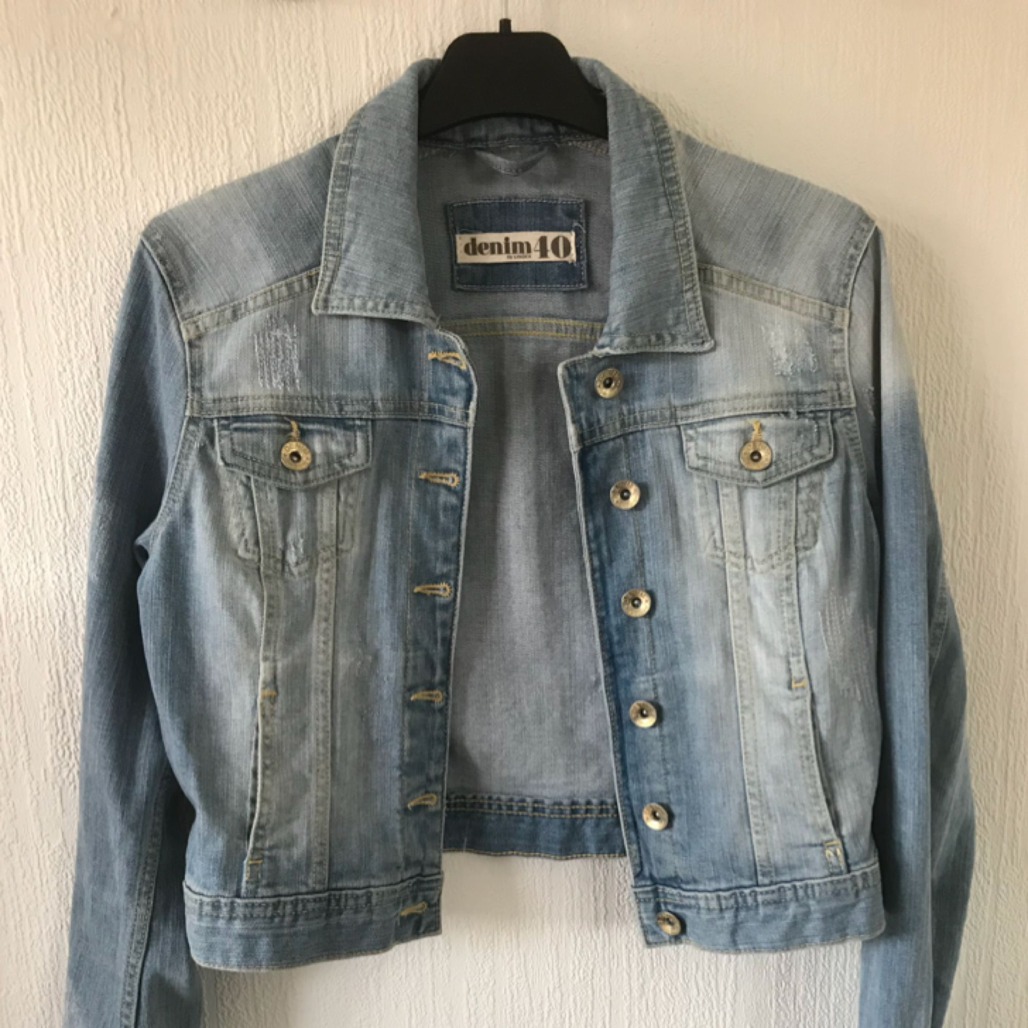 Midjekort jeans jacka! Storlek 40 men liten i storleken! Frakt tillkommer. Jackor.