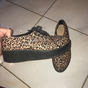 Leopard-mönstrade platå-skor i relativt fint skick. Endast använda ett par gånger.