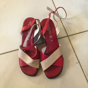 Skitcoola retro-sandaler med klack. Röda/benvit-färgade i stl 39, tillverkade i Italien.