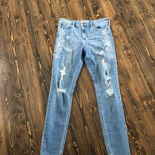 Jeans med broderade jeans. Storlek 30w 31 l men passar utmärkt att använda som boyfriend jeans/oversized om du egentligen har mindre storlek.   Kan skickas men köpare står då för fraktkostnader. Pris kan diskuteras!🌸