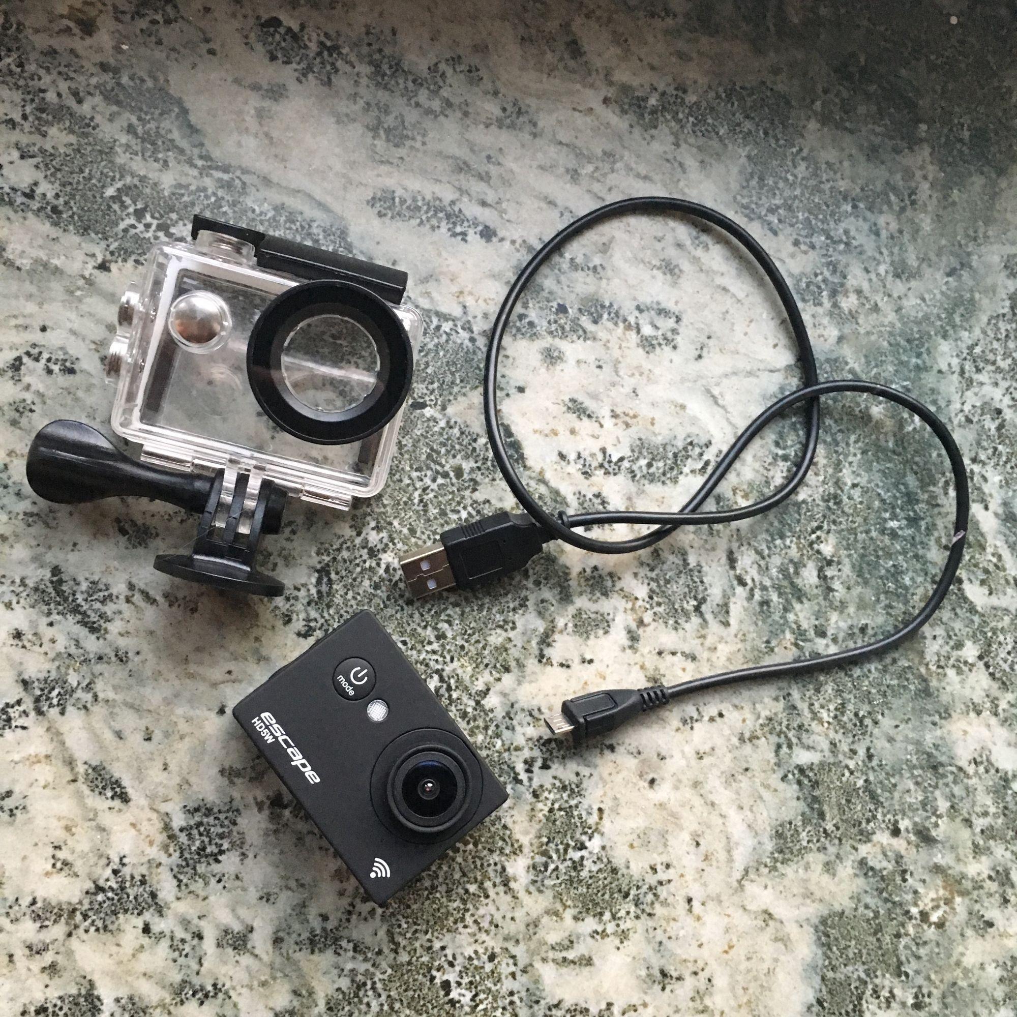 Priset kan diskuteras⚠️Frakt 20-30kr ⛔️Gott skick action kamera, kan filma undervatten och på land, Nypris på kameran är 749kr och sim nypris är 99kr (sim finns med i kameran) Kontakta mig om det finns fler frågor 💕😉massa hållare är med också. Övrigt.
