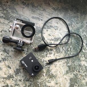 Priset kan diskuteras⚠️Frakt 20-30kr ⛔️Gott skick action kamera, kan filma undervatten och på land, Nypris på kameran är 749kr och sim nypris är 99kr (sim finns med i kameran) Kontakta mig om det finns fler frågor 💕😉massa hållare är med också