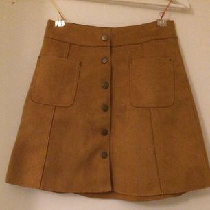 Kjol i mocka från Bikbok , helt ny och oanvänd, har t.o.m. prislapp kvar! Jag bjuder på frakten!