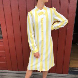 Klänning 50-tal. Alla klänningar är i mycket fint skick! Modellen är 172cm lång och S.  Möts upp i centrala Göteborg annars tillkommer frakt.