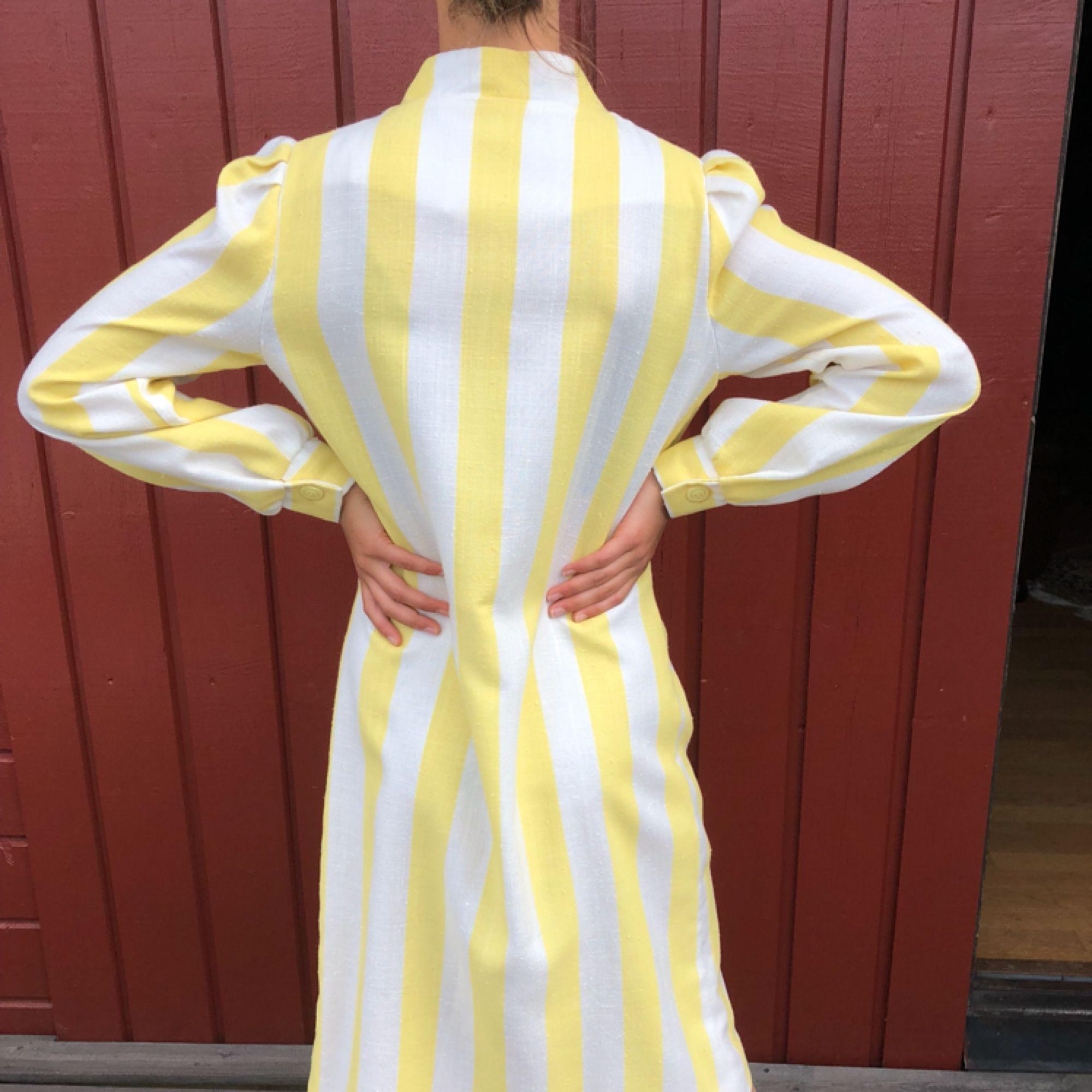 Klänning 50-tal. Alla klänningar är i mycket fint skick! Modellen är 172cm lång och S.  Möts upp i centrala Göteborg annars tillkommer frakt.. Klänningar.