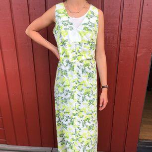 Klänning 50-tal i bra kvalite. Alla klänningar är i mycket fint skick! Endast använd få ggr.  Modell är 172cm och S. Möts upp i centrala Göteborg annars tillkommer frakt
