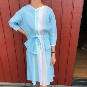Tvådelat set med blus och kjol i härligt ljusa färger.  Allt i mycket fint skick!  Modell är 172cm och S.  Möts upp centrala Göteborg annars tillkommer frakt.
