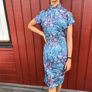 Handsydd klänning i tunt nylon tyg.  Köpt i Japan sent 50-tal.  Alla klänningar är i mycket fint skick! Endast använd 1gång.  Modell är 172cm och S. Möts upp centrala Göteborg annars tillkommer frakt.