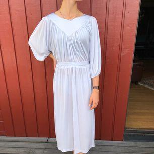 Klänning 50-tal i tunt ljusgrått nylontyg.  Alla klänningar är i mycket fint skick! Denna säljs billigare pga av har små fläckar,ej mycket synbara.  Modell är 172cm och S. Möts upp i centrala Göteborg annars tillkommer frakt.