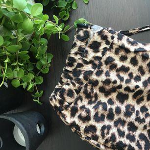Ett par luftiga och mysiga leopard mjukisbyxor. De passar även en XS - frakten ingår i priset