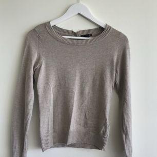 En tröja som man både kan ha till vardags men även klä upp. Den passar en XS men också en S - frakten i går inte i priset