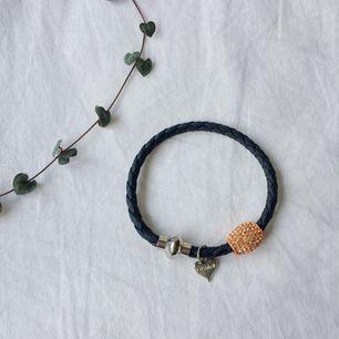 Svart läder-armband med magnetspänne. Färgen är lite bortskrapad på pärlan (bild 3) annars som nytt. Frakt 9 kr tillkommer🧡