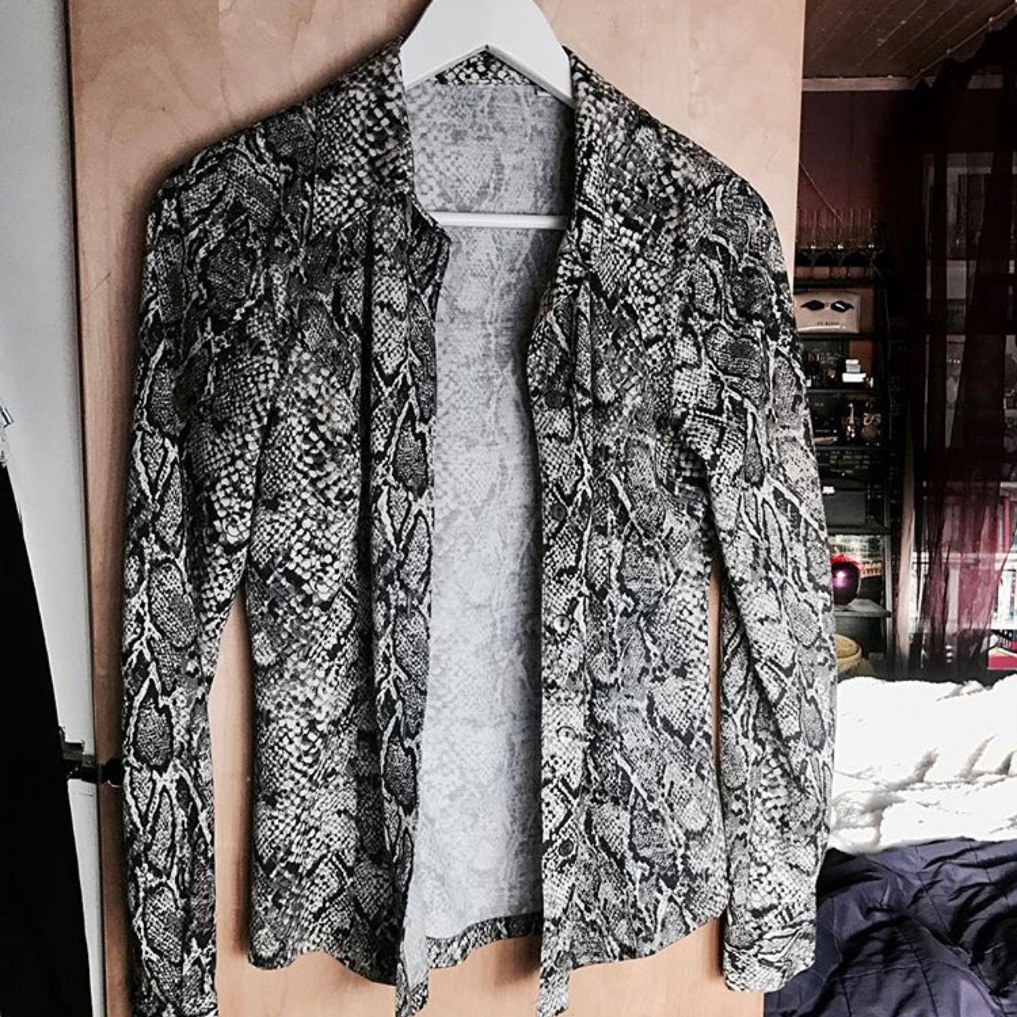 Mjuk bomulls skjorta i snake print. Går att använda både stängd och öppen. 💕 Köpt vintage, men i väldigt bra skick! 🎀. Skjortor.