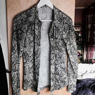 Mjuk bomulls skjorta i snake print. Går att använda både stängd och öppen. 💕 Köpt vintage, men i väldigt bra skick! 🎀
