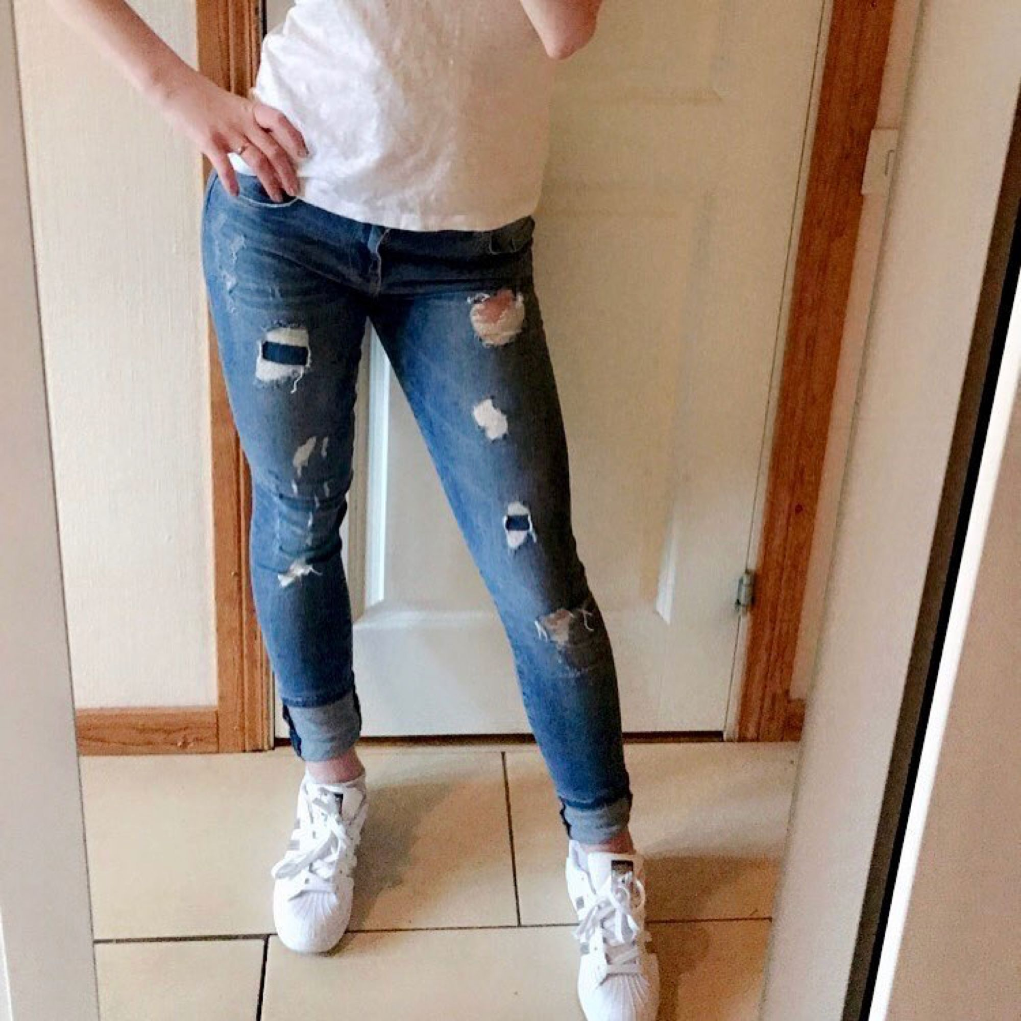 Säljer denna snygga i jeansen med hål och slitningar i tight modell. 🌸 I bra skick, säljer så dom blivit för små för mig! . Jeans & Byxor.