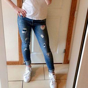 Säljer denna snygga i jeansen med hål och slitningar i tight modell. 🌸 I bra skick, säljer så dom blivit för små för mig!