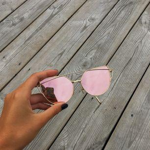 Snygga cateye-solglasögon med guldfärgade bågar och rosé-glas. Bågarna faller ihop av sig själva, men i övrigt i gott skick. Köparen betalar frakten💘