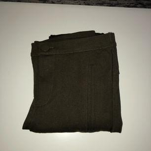Olivgröna byxor från ZARA i bra skikt! Endast använda 1 gång.