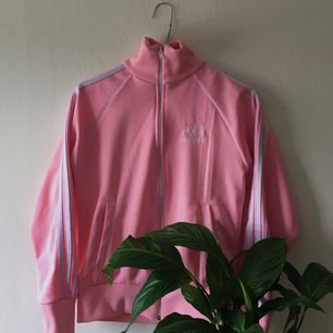 Retro rosa Adidas sport-kofta/hoodie. Lätt nopprig på vissa ställen, annars som ny. Köparen betalar frakt💛