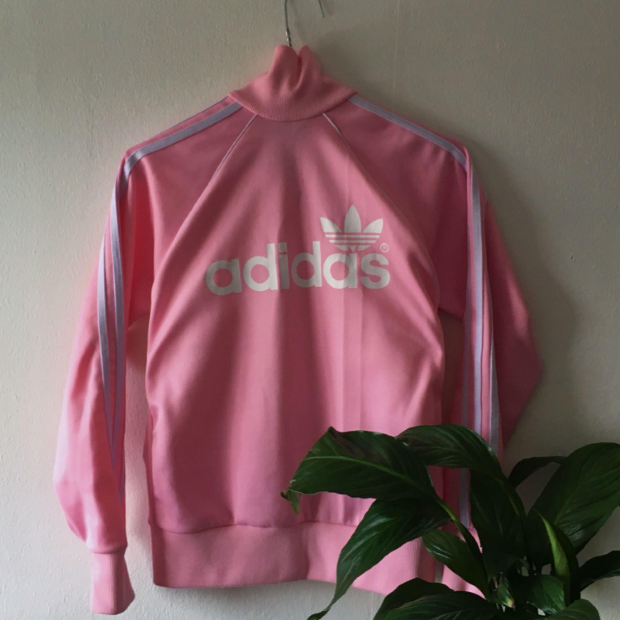 Retro rosa Adidas sport-kofta/hoodie. Lätt nopprig på vissa ställen, annars som ny. Köparen betalar frakt💛. Huvtröjor & Träningströjor.