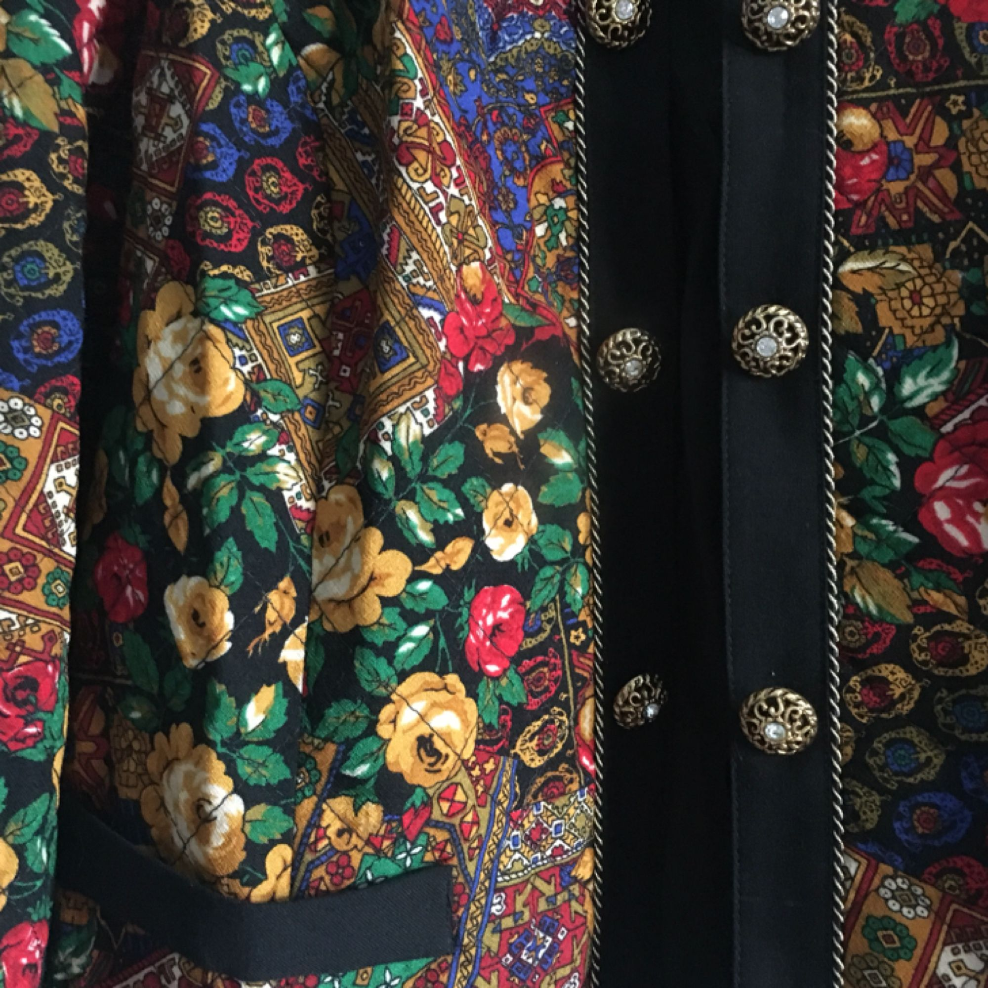 Superfin vintage jacka i tunnare material, mycket fint skick. Står strl 46 men den sitter bra både på mig som är en strl S och min pojkvän som är strl L. Fina gulddetaljer.  Köpare står för ev frakt, uppskattningsvis 30kr.. Jackor.
