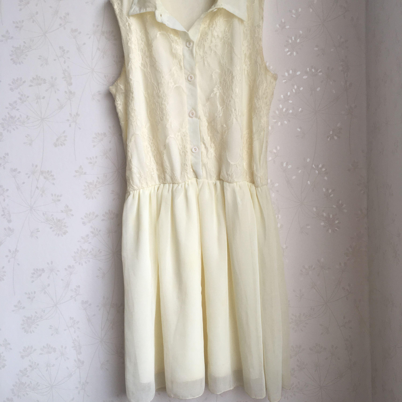 f8f57f6d61c7 En jättefin sommrig klänning som nästa aldrig varit använd sitter jättefint  på med spets på överdelen ...